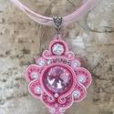 Rózsaszín romantika nyaklánc, Ékszer, Nyaklánc, Sujtástechnikával készítettem ezt az elegáns nyakláncot. A közepére egy 18 mm átmérőjű r..., Meska
