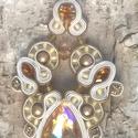 Bézs - barna medál, Ékszer, óra, Medál, Ékszerkészítés, Gyöngyfűzés, Sujtástechnikával készítettem ezt a medált. A közepe egy 2 x 3 cm-es csepp kristály, amit sujtászsi..., Meska
