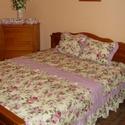 Vintage ágytakaró-rózsás, Otthon, lakberendezés, Lakástextil, Takaró, ágytakaró, Varrás, Patchwork, foltvarrás, Fodros ágytakaró franciaágyra 2 db párnával, csipkével, szalaggal és a tőlem megszokott hullámvonal..., Meska