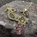 Bordó-aranyzöld nyaklánc, Ékszer, Nyaklánc, A nyakláncot a kézzel készült, rusztikus hatású, buborékos felületű kerámia medálalap ihlette. Ez ut..., Meska