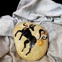 Ezüstpatás ló, Dekoráció, Otthon, lakberendezés, Dísz, Festett tárgyak, Festészet,  Dunai folyami kavicsra, saját minta alapján festett, arany-ezüst sörényű, ezüstpatás ló....   A kő..., Meska