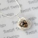 Madárfészek medálos ezüstözött lánc tenyésztett gyönggyel, választható színben, Madárfészek sorozat tagja.  A medál átmérő...