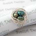 Madárfészek ezüstözött állítható gyűrű tenyésztett gyönggyel, választható színben, Madárfészek sorozat tagja.  A gyűrűn lévő ...