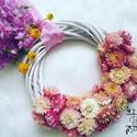Tavaszi kopogtató, Otthon & Lakás, Dekoráció, Függődísz, Virágkötés, Időtálló kopogtató szárazvirágból. Falat tavasz kerülhet ezzel a dekorációval otthonodba, a sok vir..., Meska