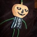 Tökfej baba, Dekoráció, Mindenmás, Ünnepi dekoráció, Furcsaságok, Textilből varrtam majd kézzel festettem ezt a kis tökfejű figurát, a kezei-lábai fonallal tekercselt..., Meska