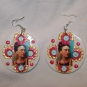 Frida Kahlo fülbevaló (fehér), Ékszer, Mindenmás, Fülbevaló, Furcsaságok, Frida rajongóknak készítettem ezt a mexikói ihletésü fülbevalót. Fa alapra ragasztottam a fotót, maj..., Meska
