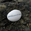 KREATIVITÁS - Kerámia Üzenetkavics, Dekoráció, Otthon, lakberendezés, Legyél egyedi minden pillanatban!  Válassz a meglévő feliratokból vagy találd ki saját üzenetedet és..., Meska