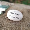 A SZERETET KÖRÜLVESZ - Kerámia Üzenetkavics, Dekoráció, Esküvő, Meghívó, ültetőkártya, köszönőajándék, Legyél egyedi minden pillanatban!  Válassz a meglévő feliratokból vagy találd ki saját üzene..., Meska