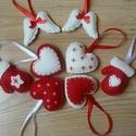 Filc karácsonyfadísz, Filcből készült, kézzel varrt piros fehér kar...