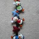 Filc pingvines függődísz, Dekoráció, Karácsonyi, adventi apróságok, Ünnepi dekoráció, Karácsonyi dekoráció, Filcből készült kézzel varrt pingvines függődísz.  Mérete kb.65 cm akasztó nélkül., Meska