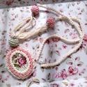 Vintage nyaklánc - horgolt bogyóval, kaboson rózsával, Romantikus, vintage hangulatú nyakék a romantika...