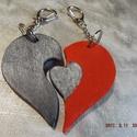 Szivek párban, kulcstartó, Szerelmeseknek, Rétegelt fából készítettem, Akrillal festettem, fekete:7,5x 4 cm piros:7,5x5 cm, Meska