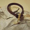 Bőrből készült férfi karkötő, Ékszer, Karkötő, A bőr megfelelő méretre vágása után felpuhítottam .A kapocs egyedi fából készült gomb, melynek hossz..., Meska