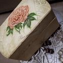 Halvány őszi rózsa...Ékszeres dobzka, Ékszer, Otthon, lakberendezés, Ékszertartó, Tárolóeszköz, Egy műanyag dobozt festettem le halvány sárgára.  Aztán dekupázsoltam és lakkoztam, végül antik pasz..., Meska