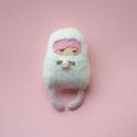 Rózsabimbó zsebi, Játék, Otthon, lakberendezés, Játékfigura, 11 cm magas és kb. 6 cm széles csámpás zsebi baba. Az arca akril festékkel festett vászon, a ..., Meska