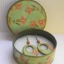 Zöld-arany fülbevaló díszdobozban, Elegáns, zöld és arany színű szett, ami áll ...