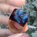 Kék örvény gyanta és fa gyűrű - 18 mm!, Ékszer, Gyűrű, Különleges örvényszerű gyanta gyűrű. Egyedi kézi megmunkálással készült. Egyszeri, megis..., Meska