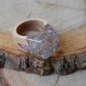 Tündérke gyanta és fa gyűrű - 18 mm , Ékszer, Gyűrű, Ékszerkészítés, Famegmunkálás, Áttetsző gyantában különböző színű csillámok kaptak helyet. Különleges, tündéres hatású.  Belső átm..., Meska