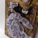 kép, falikép, lila kép, pillangós kép, lila ruhás hölgy, textilkép, dekoráció, lakberendezés, otthon, , Képzőművészet, Otthon, lakberendezés, Napi festmény, kép, Falikép, Újrahasznosított alapanyagból készült termékek, Festett tárgyak,  A kép címe: A pillangós hölgy  Szintén textilszobrászati technikával készítettem. Az alap , hungar..., Meska
