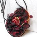 medál, nyaklánc, gyöngyös nyaklánc, piros gyöngyös medál