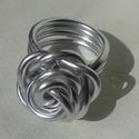 Fesztiválra gyűrű drótból tekerve , Ékszer, óra, Gyűrű, Alumínium drótból tekertem hatalmas gyűrűt. Belső átmérője: 17 mm A rózsa 20*20 mm, Meska