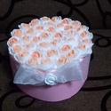 Rózsaszín rózsa box, Dekoráció, Otthon, lakberendezés, Dísz, Asztaldísz, Virágkötés, Rózsaszín karton dobozkát töltöttem meg fehér és narancssárga habrózsával. A dobozt fehér organzasz..., Meska