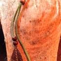 Toll ihlette műbőr nyaklánc, Ékszer, Képzőművészet, Nyaklánc, Vegyes technika, Ezt a nyakláncot a természet,a madár tolla ihlette.Arany akrillal festettem be a végeit és fa g..., Meska