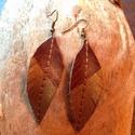 Toll ihlette fülbevaló, Ékszer, óra, Képzőművészet, Fülbevaló, Vegyes technika, Bőrművesség, Ékszerkészítés, A természet szerelmesinek!Toll mintázatú,arany akrillal megfestett függők. Mérete: 6x2 cm+1,5 cm ak..., Meska