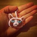 Grumpy Cat filc kulcstartó/táskadísz, Mindenmás, Ruha, divat, cipő, Kulcstartó, Egy igazi mém ez a macskosz és kedvelt figura,így jól mutat egy hátizsák díszeként,vagy kulcskarikán..., Meska