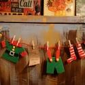 Adventi manófüzér , Dekoráció, Karácsonyi, adventi apróságok, Otthon, lakberendezés, Ünnepi dekoráció, Karácsonyi dekoráció, Ajtódísz, kopogtató, Ez a szupercuki Télapó manójának ruhácskáiból készült füzér,igazi meglepi lehet a gyerekek szobájána..., Meska