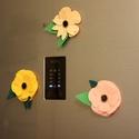 Virág hűtőmágnes 3 db-os szett, Otthon, lakberendezés, Konyhafelszerelés, Hűtőmágnes, Filc virágokból készült hűtőmágnes szett, régi gombokkal a közepén. Egy virág mérete 10-..., Meska