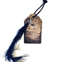 Bagoly fa kulcstartó madár és fém tollal, bőr fonott zsinórral ajándék gyermeknapra, szülinapra, névnapra, ballagásra, Mindenmás, Gyereknap, Ballagás, Kulcstartó, Decoupage, transzfer és szalvétatechnika,  Bagoly fa kulcstartó madár és fém tollal, bőr fonott szíjjal. Ajándék gyermeknapra, szülinapra, ba..., Meska
