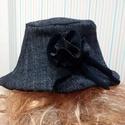 Fekete kalap vir?ggal, Ruha, divat, cipő, Kendő, sál, sapka, kesztyű, Sapka, Egyedi  kifoedítható kalap virággal. Külső oldal szövet Belseje kötött A kalaphoz megfelelő..., Meska