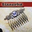 Hajfésű - pillangó, Ékszer, óra, Antik bronz hajfésű pillangós üveglencsével.  Mérete: 65 x 46 mm. Üveg mérete: 14 mm.  , Meska