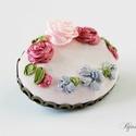 Rózsa koszorú bross, Ékszer, Bross, kitűző, Hímzés, Világos rózsaszín alapon világos és sötét rózsaszín rózsák, ezüst virágokkal kiegészítve. A bross d..., Meska