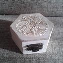 Fehér mandalás doboz I., Otthon, lakberendezés, Tárolóeszköz, Doboz, Láda, Festett tárgyak, Vintage hangulatú, fehér mandalás dobozkát készítettem, egy kis arany csillogással. A doboz átmérőj..., Meska