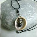 Fekete gyöngy és kagyló nyaklánc, Ékszer, Nyaklánc, Tengerprti kagylóból készíett egyedi saját tervezésű nyaklánc. A kagyló 2 cm, a zsinór szétnyitva 49..., Meska