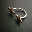 repülő madárkás gyűrű, Ékszer, Gyűrű, sterling ezüstből készült gyűrű, egy repülő madárka párt ábrázol. felül nyitott ezért ..., Meska