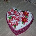 Ékszeres, bonbonos dobozka quilling virágokkal, Ékszer, Ékszertartó, Az eredeti anyukám névnapjára készült.Nagy örömet okoztam vele neki!  Szív alakú, 10 cm átmérőjű feh..., Meska