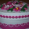 Ékszeres, bonbonos dobozka quilling virágokkal, Ékszer, Ékszertartó, Szív alakú, natúr fehér, 13 cm átmérőjű nőies, romantikus doboz. Quilling virágdíszekkel, pink, rózs..., Meska