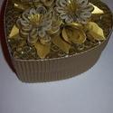 Ékszeres, bonbonos dobozka - arany, Ékszer, óra, Ékszertartó, Papírművészet, Szív alakú, 10 cm átmérőjű, fehér papírdoboz alapú, exkluzív arany  quilling (papírcsík feltekerése..., Meska