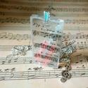 A zene a mindenem gyanta nyakék, Ékszer, Képzőművészet, Nyaklánc, Medál, Kottával és egy hegedű medállal díszített gyanta medált készítettem, amit egyviolinkulccsal díszítet..., Meska