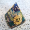ORGONIT OM energia piramis hegyi kristállyal, lapis lazuli, rodonit, aventurin, azurit, ulexit ásványból és gyantából, Orgonit Om energia piramist készítettem hegyikri...