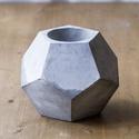 Dody beton kaspó, Dekoráció, Dísz, Magassága: 14cm. Legnagyobb szélessége: 20 cm. Űrtartalma: 3 dl. Szürke és fehér cement felha..., Meska