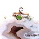 Rézerdő virágai - Hunyor tűzzománc gyűrű, Ékszer, óra, Gyűrű, Ötvös, Tűzzománc, Vörösrézből kovácsolt, forrasztott, csigamintás gyűrű, foglalatában élénkzöld, domborított zománcko..., Meska