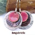 Rózsaszirom- vegyes fém és tűzzománc fülbevaló - egyedi tervezésű kézműves ékszer, Ékszer, Fülbevaló, Homorított vörösréz és ezüstözött valamint  rózsaszín tűzzománcos korongok együttese. Az antik hatás..., Meska