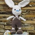 Horgolt nyuszi fiú barna ruhában, Játék, Húsvéti díszek, Ez a vagány fehér nyuszi fiú, fülével együtt 31 cm magas. Fülek nélküli magassága 25,5 cm...., Meska