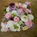 Virágdoboz ajándékba, Otthon & lakás, Dekoráció, Dísz, Virágkötés, 18x18 cm-es papír dobozba készült virágbox, selyemvirágokkal, habrózsával és termésekkel, ezúttal k..., Meska