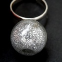 Ezüst csillámporos gömb gyűrű, Ékszer, Gyűrű, Állítható gyűrűalapra ragasztottam fel ezt az átlátszó műanyag gömböt (nem törik el, mint az üveg, h..., Meska