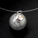 Ezüst csillámporos gömb nyaklánc, Ékszer, Medál, Nyaklánc, 1,8 cm-es átlátszó műanyag gömböt (nem törik el, mint az üveg, ha nekiütöd véletlenül valaminek, ráa..., Meska